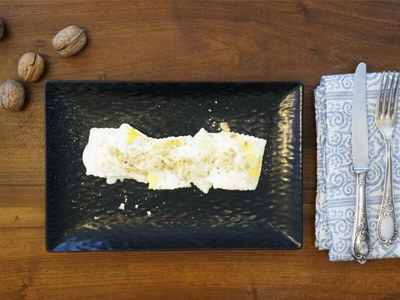 ravioli formaggio e pere con fonduta di pecorino e noci
